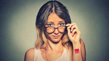 Frau skeptisch Logo Brille Kritik