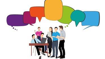 Kollegen diskutieren