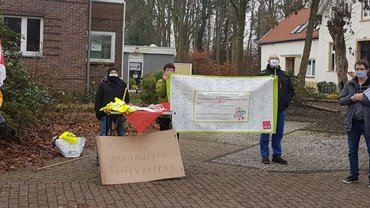 Belegschaft demonstriert vor der Kurbetriebsgesellschaft