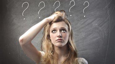Junge Frau Fragezeichen verwirrt Frage Jugend